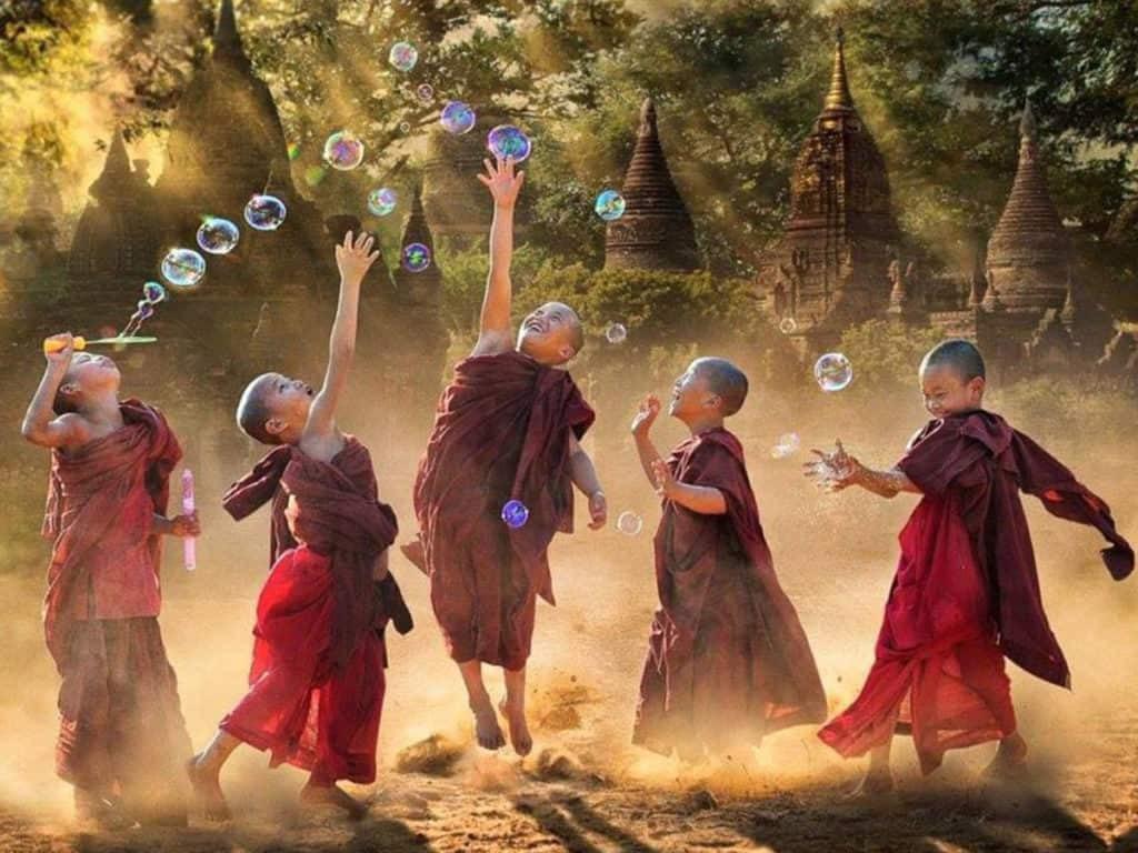 tibetan-child-monks-bubbles
